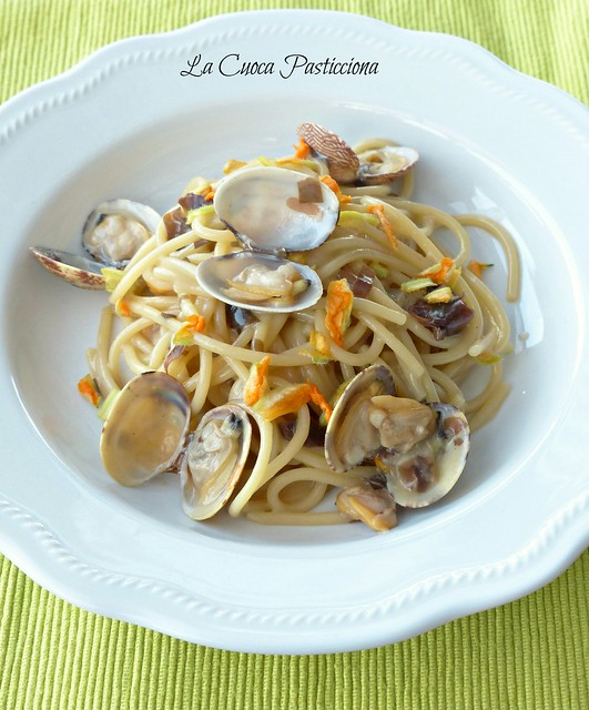 Spaghetti risottati alle vongole con alga dulse e fiori di zucca