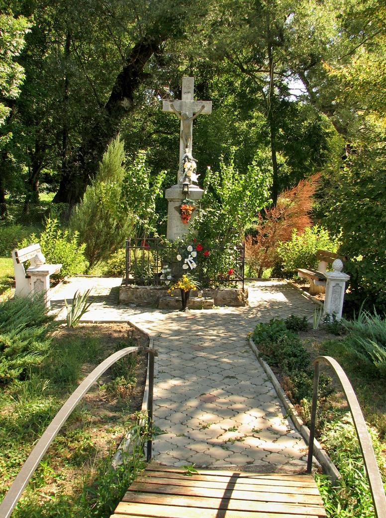 Kríž a parčík v centre obce