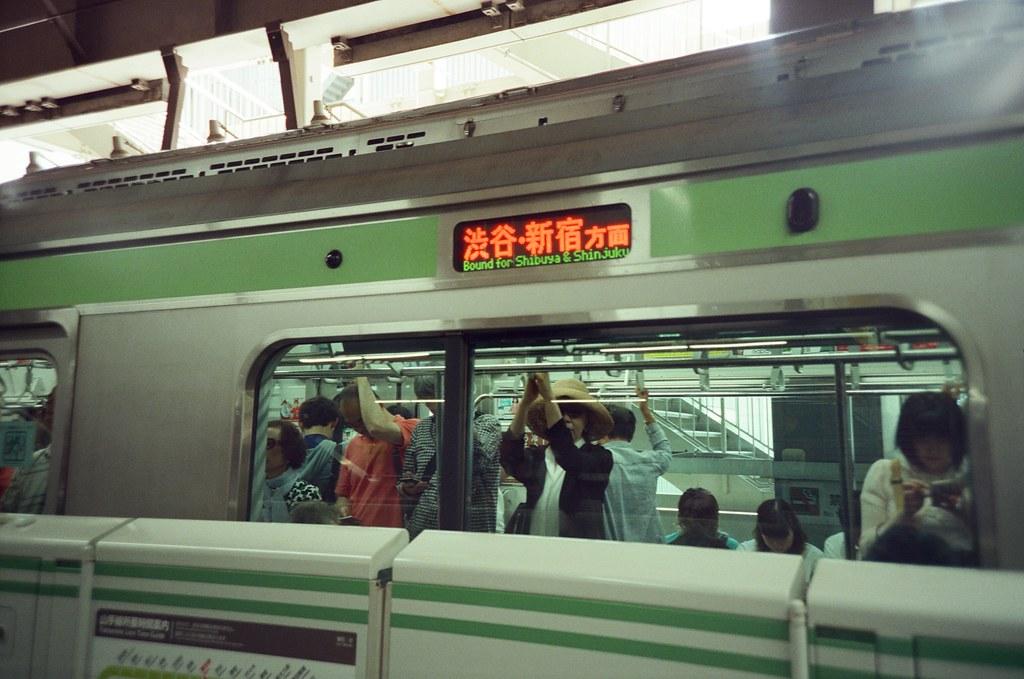 JR 山手線 Tokyo, Japan / KODAK 500T 5219 / Lomo LC-A+ 新宿站到了喔!喔,對!要去明治神宮一趟!  這是 JR 山手線,東京最著名的環狀線!  Lomo LC-A+ KODAK 500T 5219 V3 7393-0004 2016-05-22 Photo by Toomore