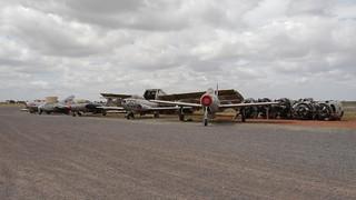 Jagdflugzeuge vor Bomberwrack