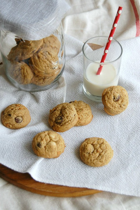 Double chocolate peanut butter cookies / Cookies de manteiga de amendoim, chocolate branco e meio-amargo