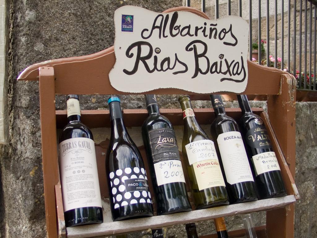 Botellas de vino Albariño. Autor, Imamon