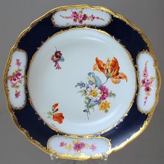 Meissen, Teller, Suppenteller, 1765, Sèvres Stil, Punktzeit, Kobalt, Blumen, Tulpe, Purpur, Camaieu