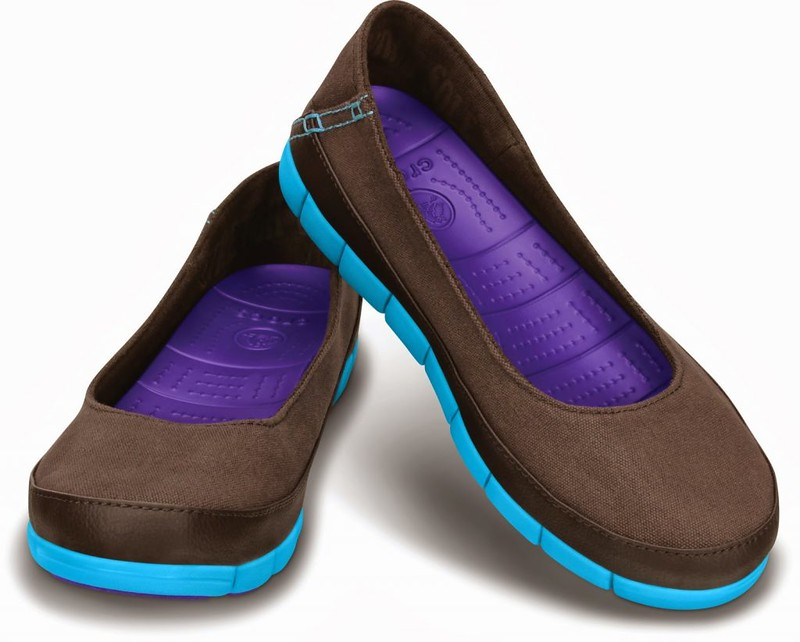 Crocs_Stretch-Sole-Flat_Espresso-Electric-Blue-1_3790-1024x822