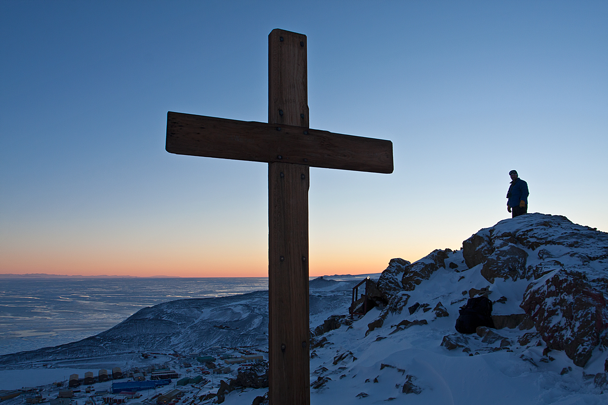 The cross erected on Observation Hill a few months after the deaths of Robert F. Scott and his men when returning from the South Pole in 1912. Credit Mounterebus