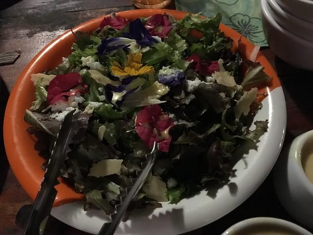 Bee Farmのおすすめサラダ。お花もちゃんと食べられる。自家製ドレッシングがこれまたおいしい。