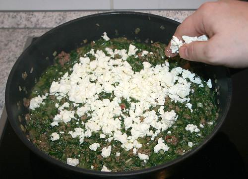 18 - Schafskäse hinein bröseln / Crumble feta