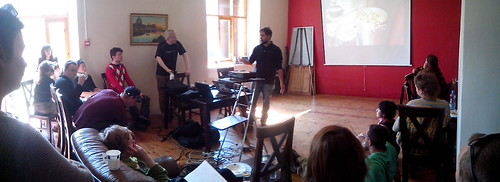 Apresentando os planos para Ubatuba durante o Camp Pixelache - Foto de Kruno Jost (Gentlejunk)