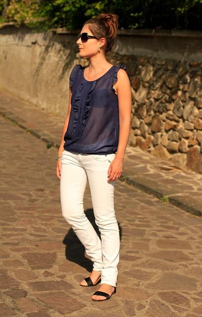 pantalones blancos y blusa azul