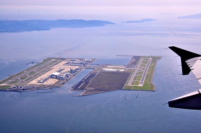 从西转向南时再看机场,一条5公里长的桥梁连接着机场和陆地,  大阪