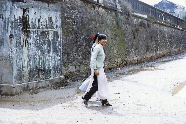 School girls outside city wall - Hue 1970 - Hai nữ sinh cạnh cầu Đông Ba
