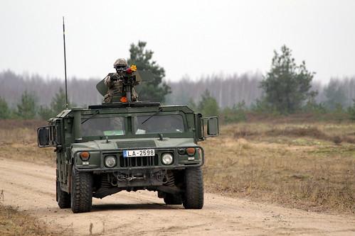 Sauszemes spēku kājnieku brigādes karavīri pilnveido pretslēpņa iemaņas