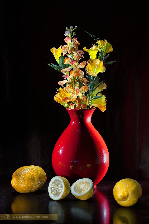 Jarrón rojo y limones