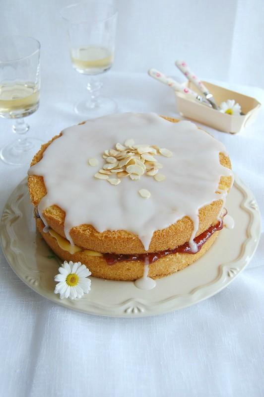 Almond tea cake / Bolo de amêndoa recheado com curd de limão siciliano e geleia de framboesa