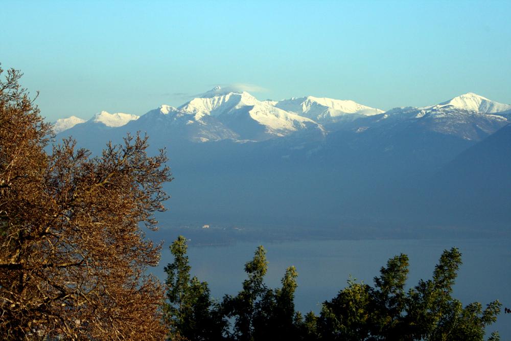 Los Alpes nevados sobre el lago. Autor, Smannion