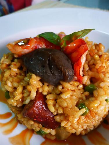 Un arroz lleno de sabores y contrastes, carabinero, chistorra, ajo negro