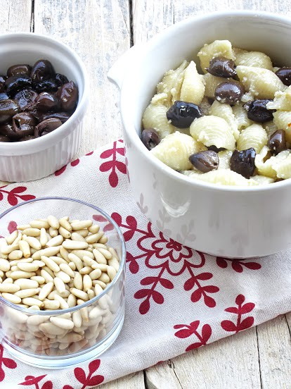Insalata di Conchiglie con Crema di Pinoli e Olive Taggiasche