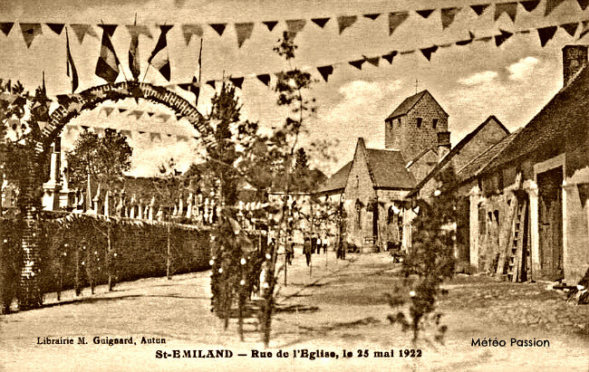 rue pavoisée de Saint-Emiland par le soleil et la fournaise du 25 mai 1922 météopassion