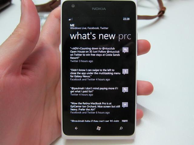 Nokia Lumia 900 - Facebook & Twitter Feeds