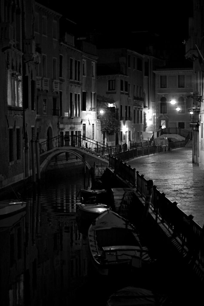 12. Venecia en blanco en negro. Autor, Giovy It