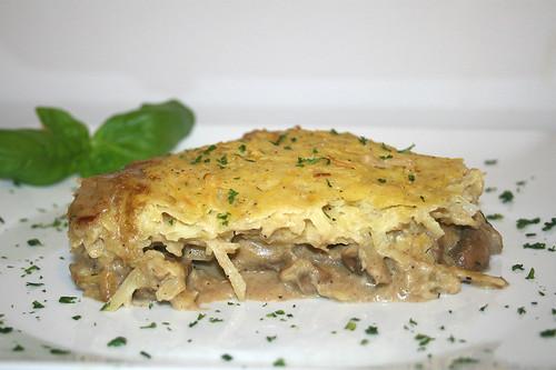 48 - Rindergeschnetzeltes mit Kartoffelhaube - Seitenansicht / Beef chop with potato coat - Side view
