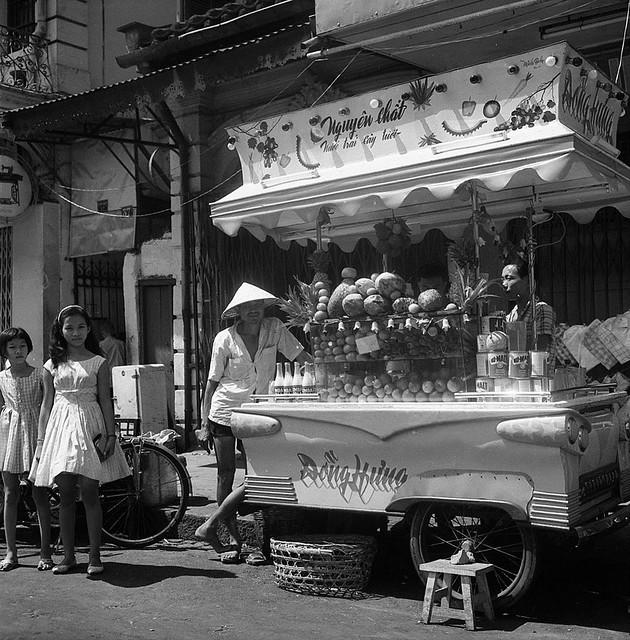 CHOLON 1961 - Đường Tổng Đốc Phương. Xe nước giải khát trước rạp Casino