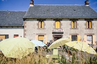 Déjeuner dans un bistro à la bonne franquette dans le Cézallier - Carte de France touristique