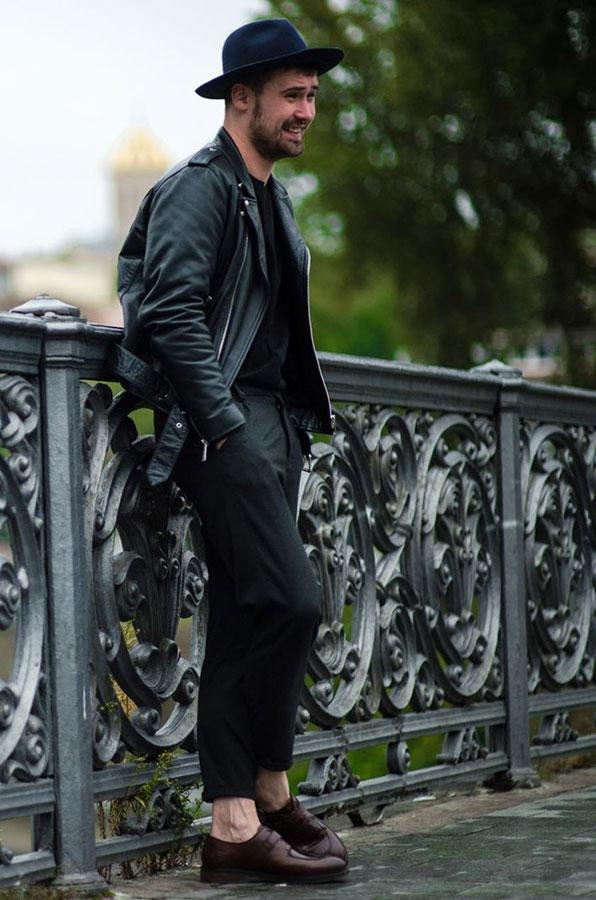 黒ハット×黒ダブルライダース×黒Tシャツ×黒パンツ×ブラウンストラップシューズ