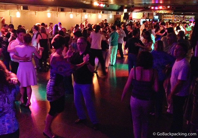 Practice time and social dancing after the group tango lessons at La Viruta