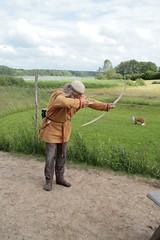 Reinhard Erichsen testet einen Kinderbogen - Museumsfreifläche Wikinger Museum Haithabu WHH 17-06-2012