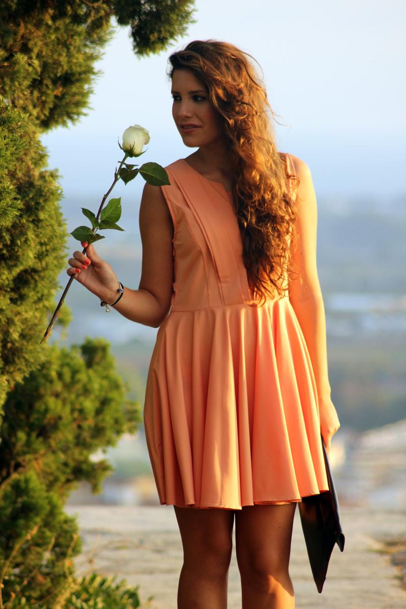 vestido-naranja-heelsandroses-con-complementos-negros-(3)