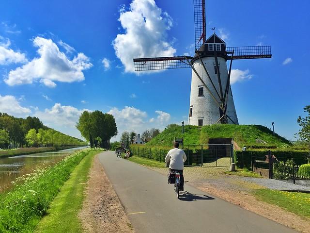 Sele en bicicleta en Damme (Flandes, Bélgica)