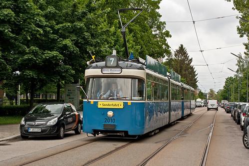 Der P-Zug passiert den ehemaligen Gleiswechsel in der Aschauer Straße