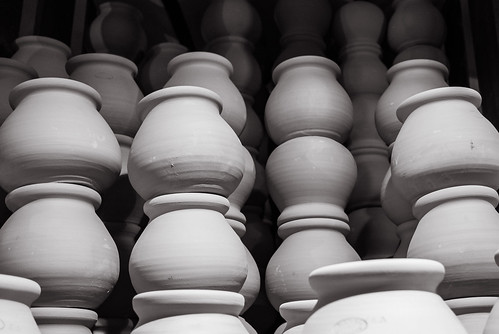 poterie töpferei aubagne provence france leicax1 leica elmarit jarre provençale frankreich 35mm art blackandwhite bw capture français french monochrom noiretblanc schwarzweis travel urban view voyage x1 x1klima beautiful culture light licht shopping töpfe pot vase flickr kunst ravel nonnude