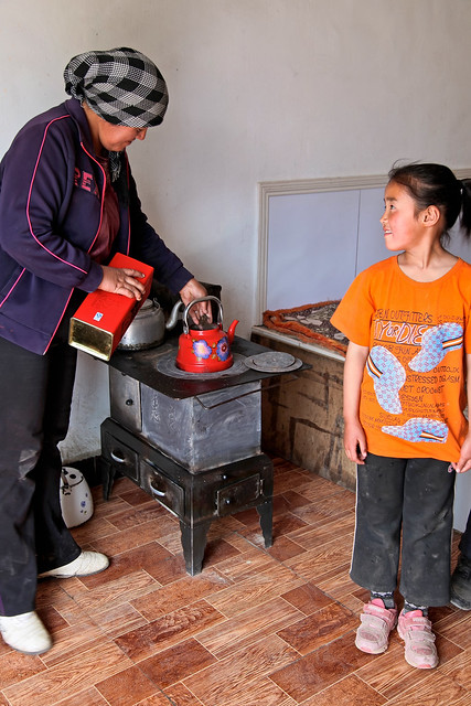 Mother and a girl in a Kazakh local house, Barkol バルクル、カザフ民家にて母と娘