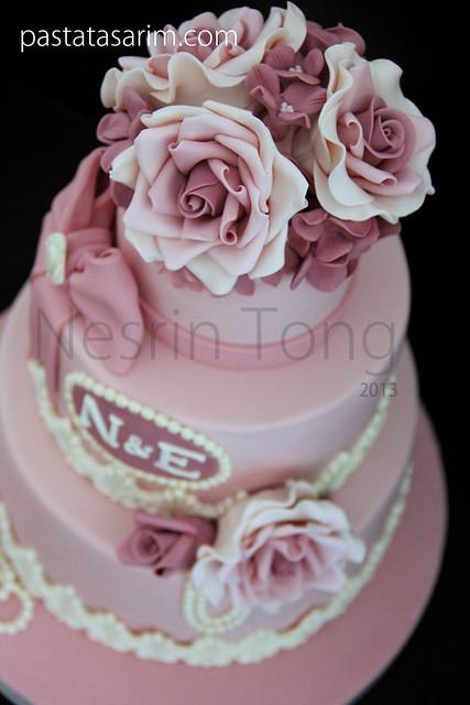 pink roses weding cake .