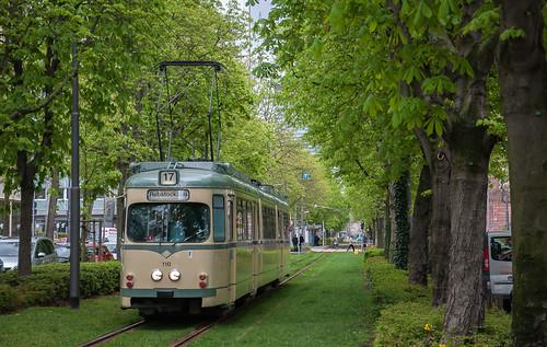 Selten sind eingleisige Streckenabschnitte im Frankfurter Netz. Hier an der Nauheimer Straße fährt Wagen 110 zum Rebstockbad