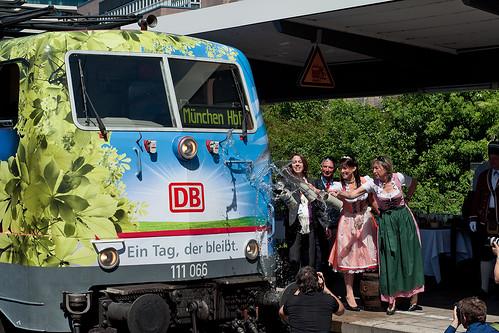 Antonina von Bassewitz von DB Regio, Bierkönigin Barbara Hostmann und Angela Nuscheler vom Tourismusverband Oberbayern taufen die Lok mit Münchner Bier