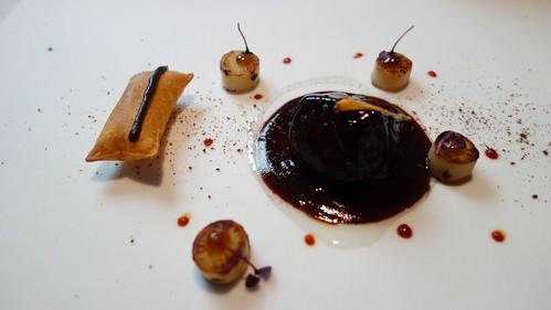 El pescado que sabe a carne: civet (guiso parecido al estofado) de bacalao al jabalí con salsa ponzu, acompañado de patata soufflé con una fina línea de trufa