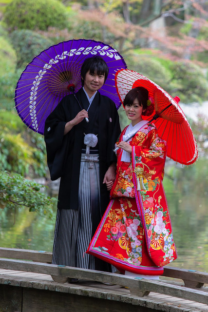 Couple en tenues traditionnelles
