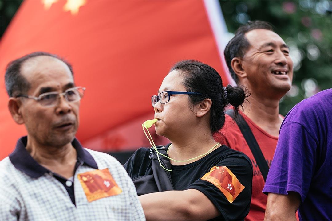 2016年11月13日,金鐘,建制團體於添馬公園舉行支持人大釋法及反港獨集會,部份人身上貼有中港旗貼紙。