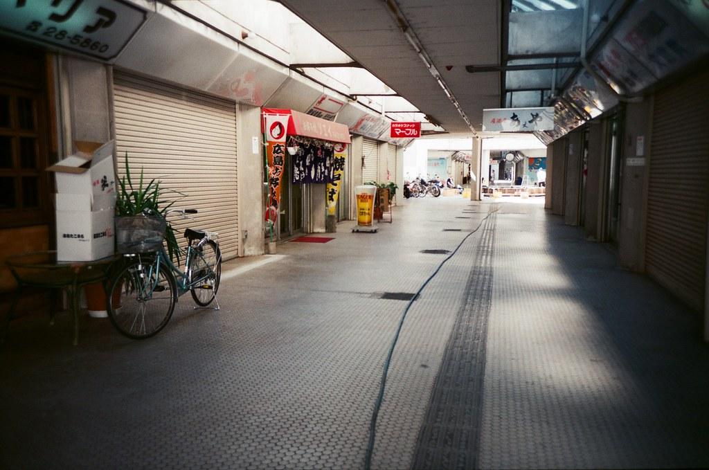 基町住宅 広島 Hiroshima, Japan / FUJICOLOR 業務用 / Lomo LC-A+ 在基町集合住宅裡逛逛,我想到在高雄老家的果貿社區。  我只是想稍微靜靜的拍照,我不趕時間,反正也花了好多時間在等待,不差這段。  Lomo LC-A+ FUJICOLOR 業務用 ISO400 4898-0023 2016-09-27 Photo by Toomore