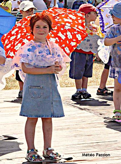 ombrelles à la fête des écoles près de Clisson, lors de la canicule du 22 juin 2003 météopassion