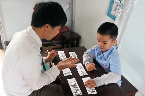 Nguyen, un bambino autistico segue una lezione