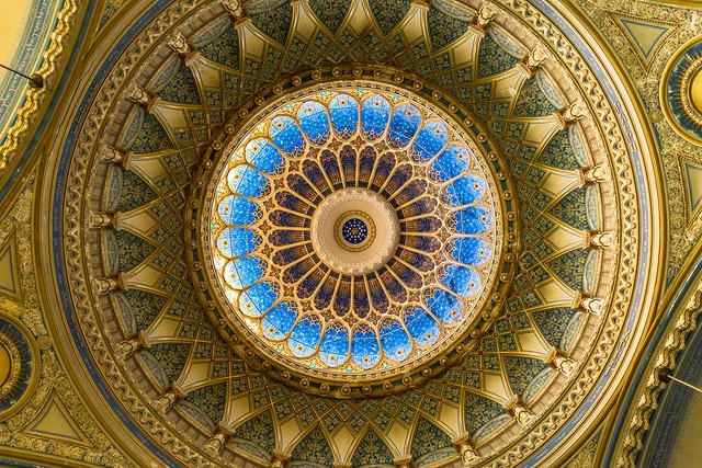 Vista de la cúpula de la Sinagoga de Szeged. Hungría.