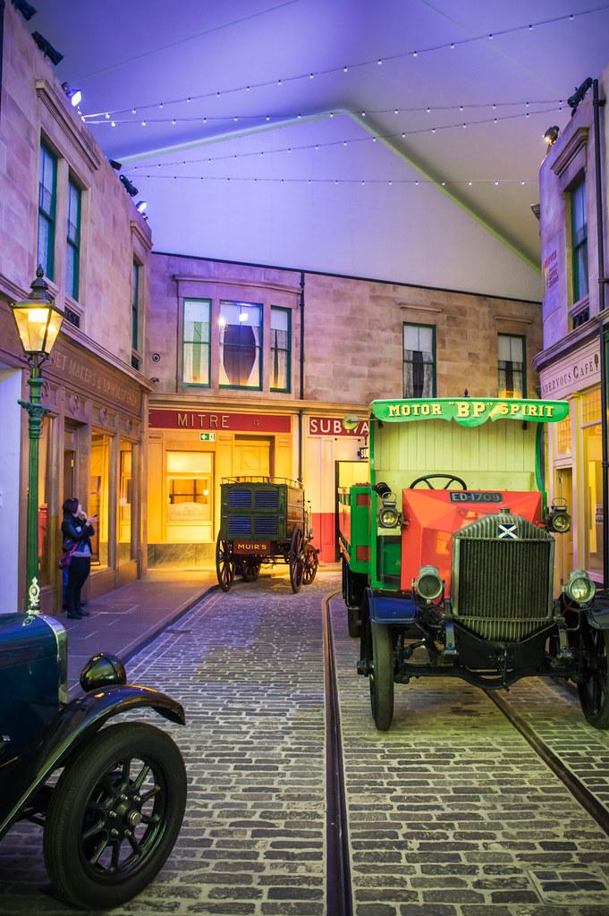 Reconstitution d'une rue de Glasgow vers 1895-1930 avec les moyens de transports de l'époque  au Riverside museum de Glasgow. Photo de Neil Williamson.