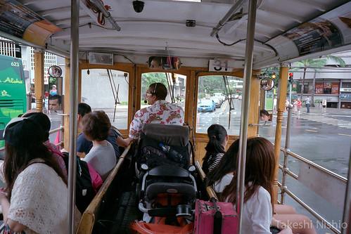 トロリーバスでアラモアナへ / Go to Ala Moana by trolleybus