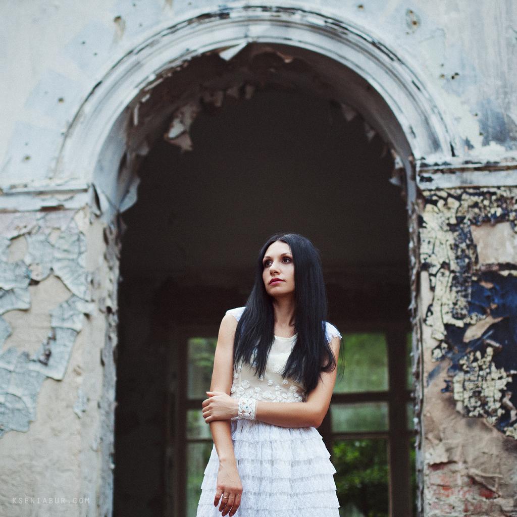 Фотосессия девушки в заброшенном здании