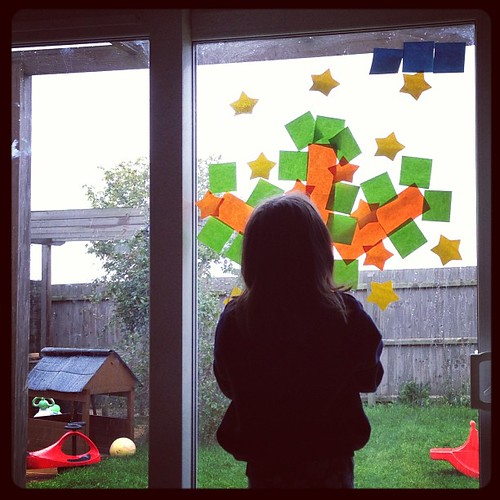 Recreating my family tree picture and carefully putting 8 stars in each element. Love her. #postitnote #review