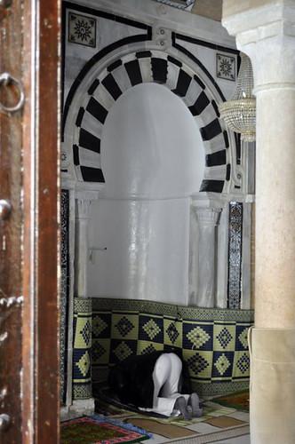 Persona rezando en el Mausoleo del Barbero de Mahoma Kairouan, la cuarta ciudad más santa de la fe musulmana - 14125207921 e47c471a18 - Kairouan, la cuarta ciudad más santa de la fe musulmana